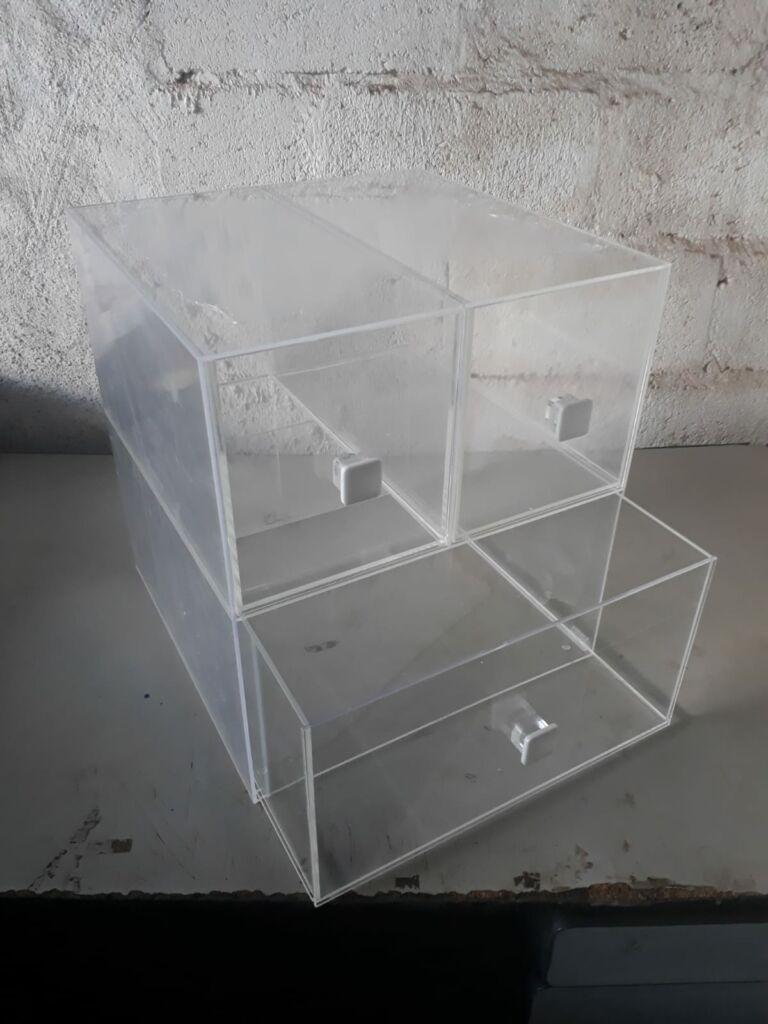Caixa com gavetas e puxador de acrílico